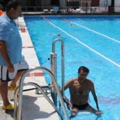 Almagro: El consistorio instala una silla adaptada en la piscina municipal para personas con discapacidad